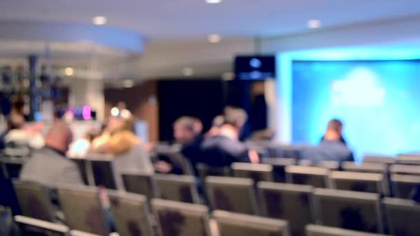 Viele Leute sitzen in der Halle Publikum Präsentation Vortrag anhören