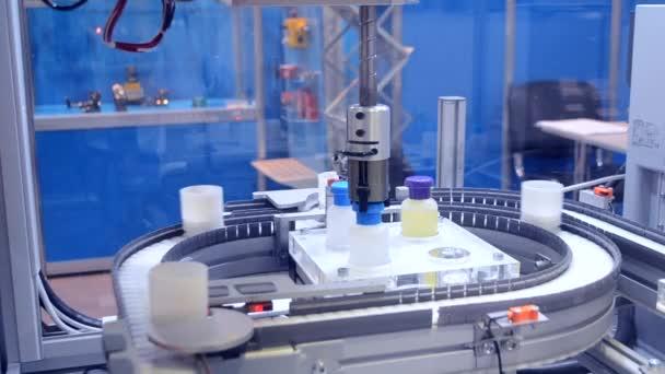 Automatický robot paže a ruce pro dopravník vloží objekty