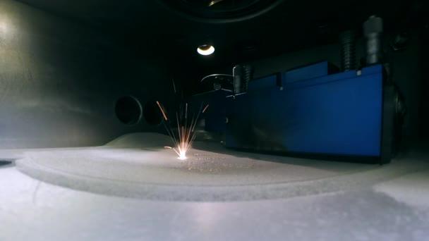 Moderní 3d tiskárna tisk objektu z kovového prášku