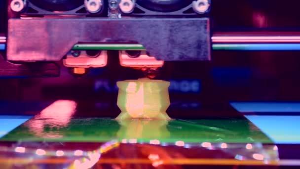 Automatic three dimensional 3d printer performs plastic.