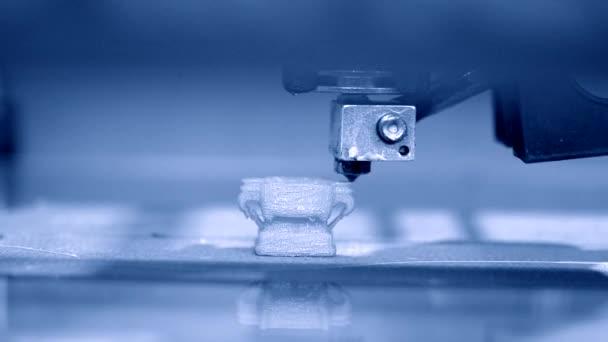 3D tiskárna pracuje. Taveného depozice modelování