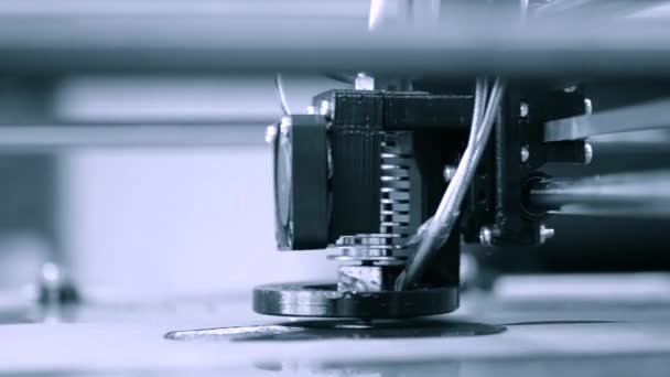 3D tiskárna pracuje. Taveného depozice modelování, Fdm. 3d tiskárna tisk objektu z plastu. Automatické tří dimenzionální 3d tiskárna provádí plast. Progresivní aditivační technologie pro 3d tisk