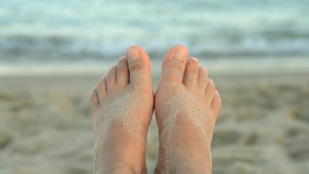 Dva metry poseté pískem před vlnami moře ve světle východu slunce
