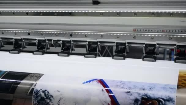 Tiskárna s velkými formáty pracuje