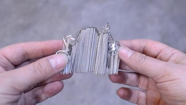 Mann hält Objekt gedruckt auf Metall-3d-Drucker.