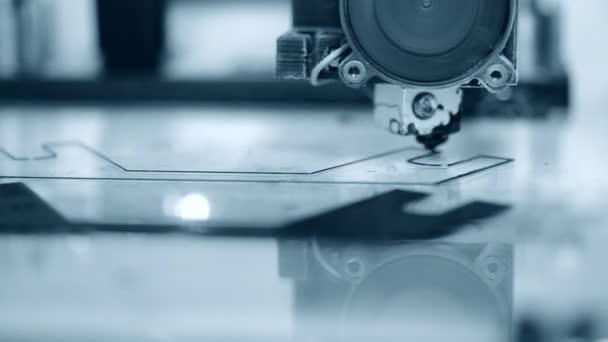 3D tiskárna pracuje. Taveného depozice modelování,