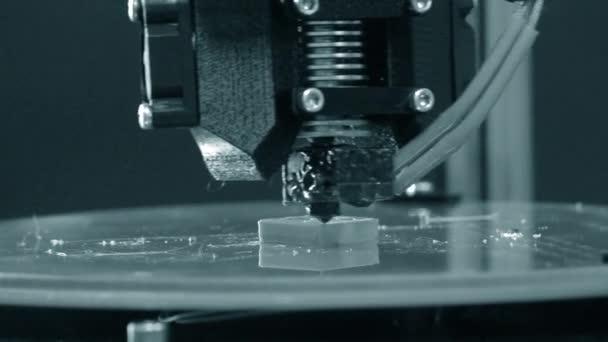3D Drucker arbeiten. Fused Deposition modeling,