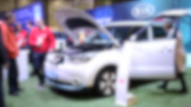 Unscharfer Hintergrund. Elektroauto, Elektromobilität im Auto.
