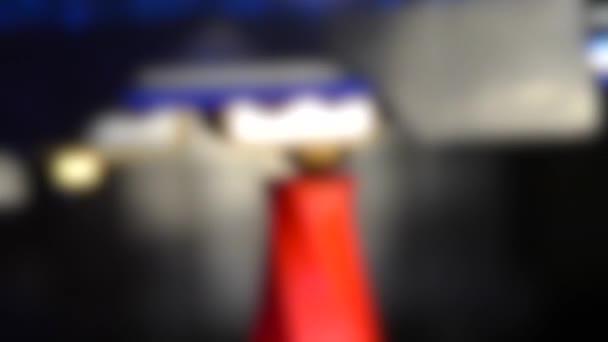 Unscharfer Hintergrund. 3D-Drucker für rotes geometrisches Modell sehr nah