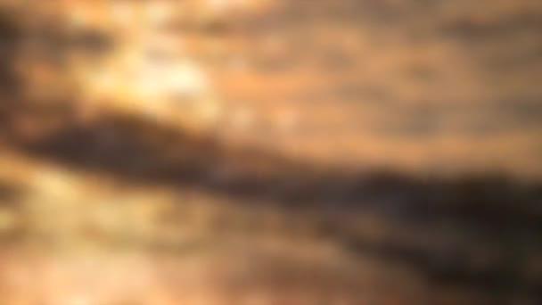 Unscharfer Hintergrund. Die Sonne spiegelt sich bei Sonnenuntergang in den Wellen des Meeres