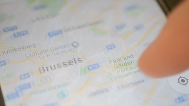 Gomel, Bielorussia - maggio 2018: Persona utilizzando unapplicazione di Google Maps sul dispositivo Android. Zoom mappa città di Bruxelles