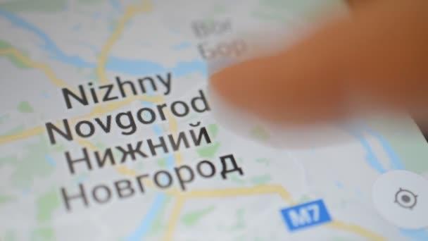 Gomel, Bielorussia - maggio 2018: Persona utilizzando unapplicazione di Google Maps sul dispositivo Android. Mappa della città russa Nizhny Novgorod zoom.