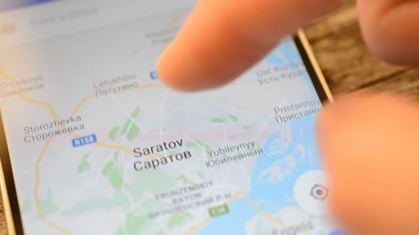 Gomel, Bielorussia - maggio 2018: Persona utilizzando unapplicazione di Google Maps sul dispositivo Android. Russia, Saratov città mappa zoom