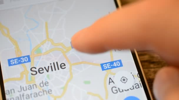 Gomel, Bielorussia - maggio 2018: Persona utilizzando unapplicazione di Google Maps sul dispositivo Android. Siviglia, Spagna