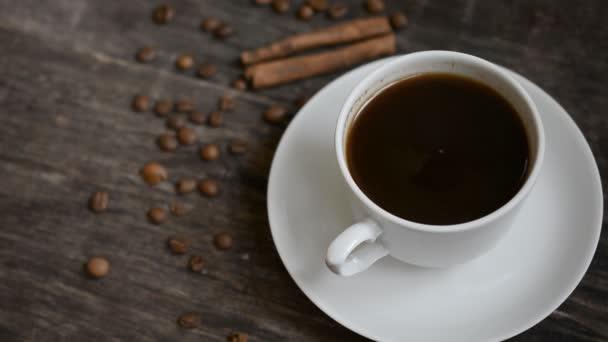 Šálek kávy pozadí na dřevěný stůl