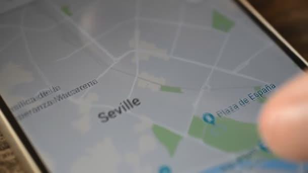 Gomel, Bielorussia - agosto 2018: Persona utilizzando unapplicazione di Google Maps sul dispositivo Android. Siviglia, Spagna