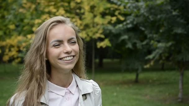 portrét krásné mladé ženy s atraktivní úsměv
