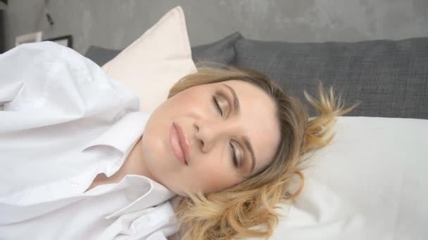 Csinos nő reggel felébredek