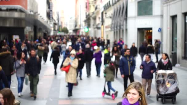 MADRID, ŠPANĚLSKO - 25. března 2018: Neznámí lidé na ulicích Madridu. Pomalý pohybRozostřený.