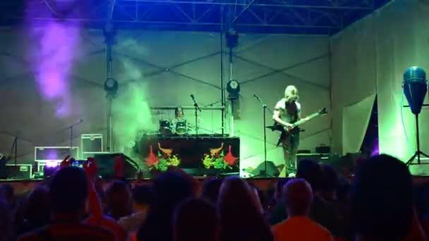 Koncert a Mindenki tud tehetségfesztiválon. A rock of group előadása a helyszínen. Berdyansk, Ukrajna.