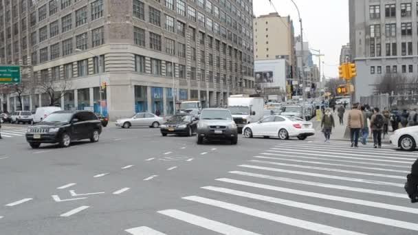 Lidé a auta v New Yorku