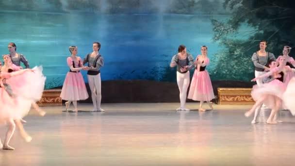 DONETSK, UKRAJINA - 25. března: Vystoupení Labutího jezera 25. března 2012 v Doněcké národní akademické opeře a baletním divadle A.B.Solovjanenka v Doněcku na Ukrajině.