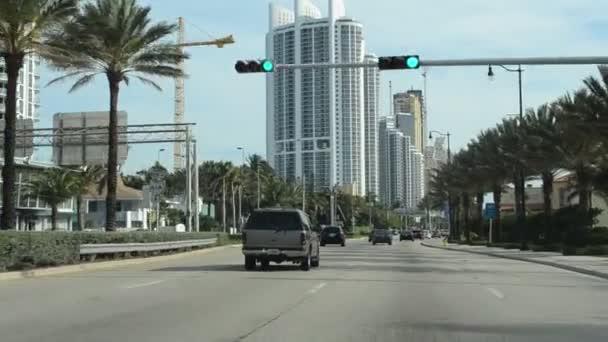 Mnoho aut jezdí po silnicích Miami. Miami druhé velké město na Floridě a největší megalopolis na jihovýchodě USA
