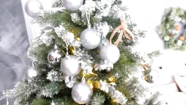 kulturní tradice - vánoční stromeček z umělých materiálů s hračkami