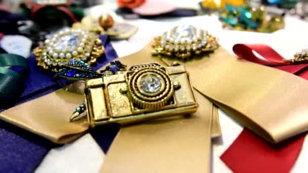 Dámské šperky vyrobené z obecných kovů, skla, ozdobné kameny a měkké materiály