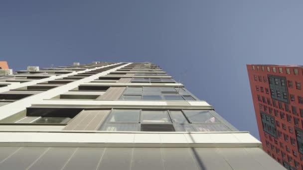modernes Haus mit dem ursprünglichen Design, Blick vertikal, Dolly Kameraaufnahme