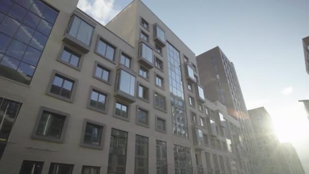 modernes Haus mit ungewöhnlichem Design, mit Glasfenstern und Balkon