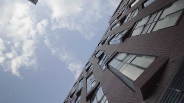 Neues modernes Haus mit Panoramafenstern und Balkonen, vertikale Aussicht