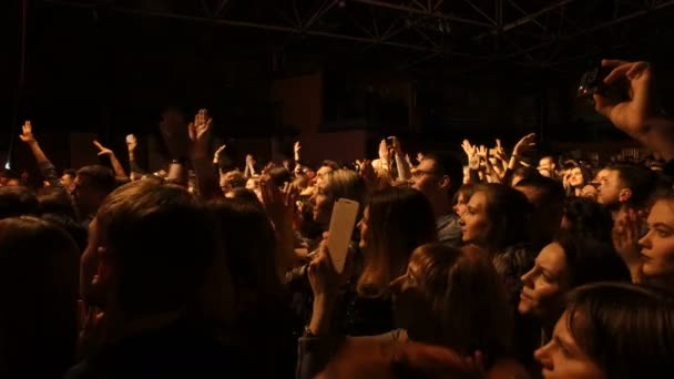 Dnipro, Ukraine - 27. Februar 2018: Konzert der Musikgruppe Antitila. Leute klatschten und gefilmt auf Handys zeigen auf der Bühne, arty Menschen genießen Konzert, 27. Februar 2018 in Dnipro, Ukraine