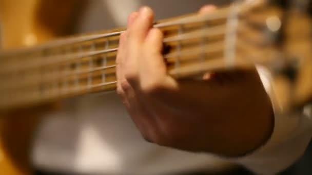 Zenész játszik basszus gitár