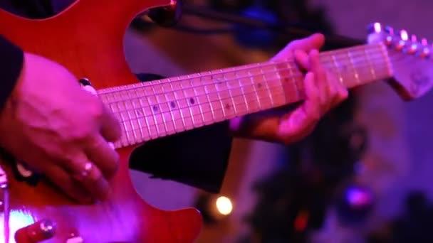 hudebník hraje na kytaru v discolights