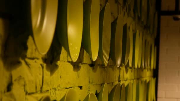 Zelené tabulky v řádku na cihlové zdi