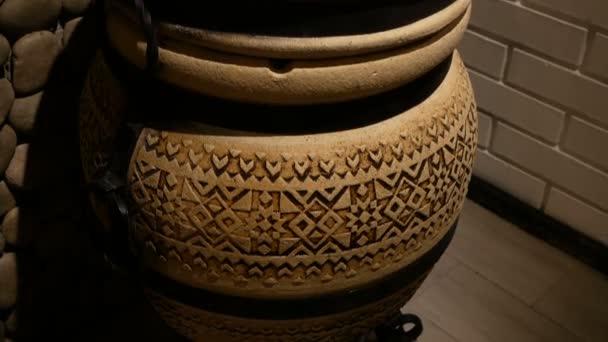 Starověké orientální keramický džbán s ornament vnitřní