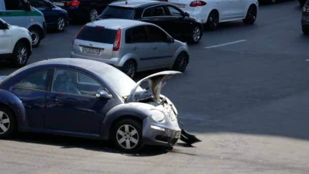 Kyjev, Ukrajina-Červenec 18, 2018: auta projíždějí rozbité auto na avenue po dopravní nehodě a zapalování, 18 července 2018 v Kyjevě, Ukrajina