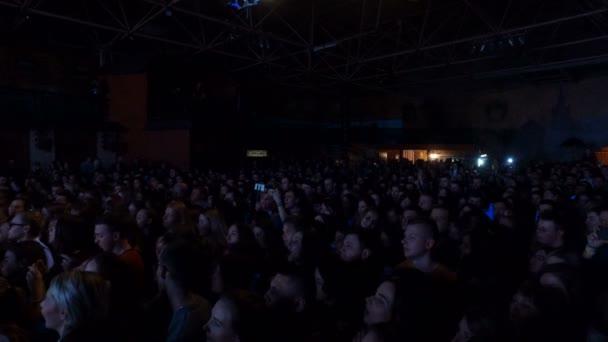 Dnipro, Ukraine - 27. Februar 2018: Konzert der Musikband antitila. Menschen klatschen vor einer großen Konzertbühne., 27. Februar 2018 in Dnipro, Ukraine
