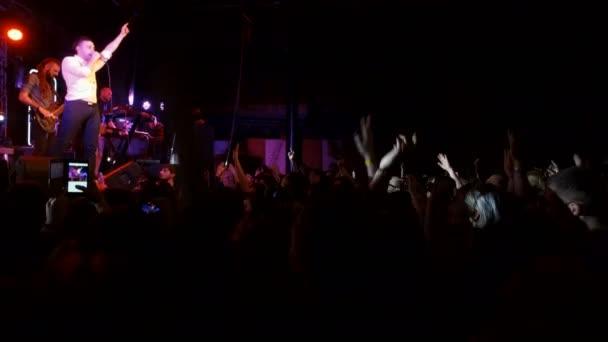 Dnipro, Ukraine - 27. Februar 2018: Konzert der Musikgruppe Antitila. Menschen klatschten vor einem großen Konzert Bühne., 27. Februar 2018 in Dnipro, Ukraine