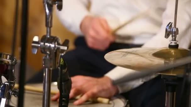 zene, az emberek, hangszerek és szórakoztató koncepció - férfi zenész játszik dob rock koncert