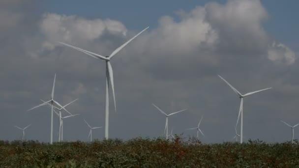 Eco power, priorità bassa di turbine del vento del cielo nuvoloso