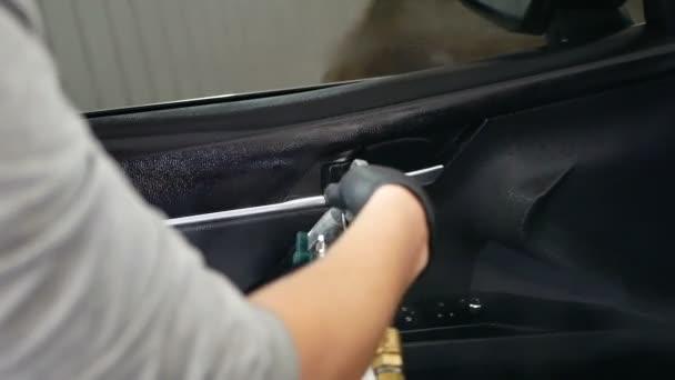 mužské pracovník čištění auto s párou. profesionální chemické čištění salon v autě. Koncepce: Auto Car Service, mytí aut, čištění stroje