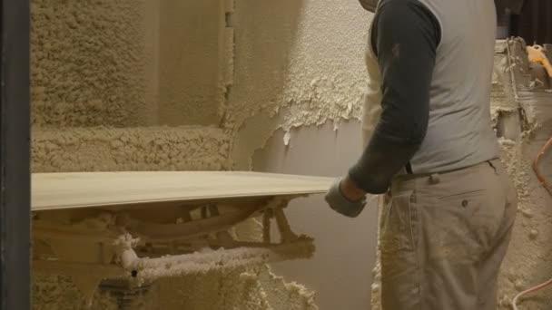Der Mann bemalt die Tür des Sprays. Türmalerei