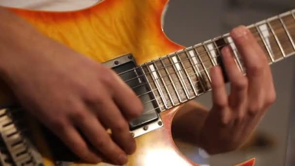 zenész a stúdióban játszik a gitár