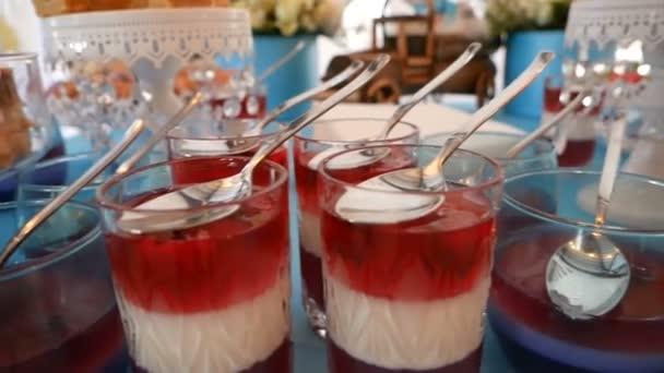 Chutné želé červené a bílé v brýlích s lžíce