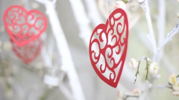Červené srdce na větev stromu. Svátky Šťastný Valentýna oslavu srdce lásky koncept.