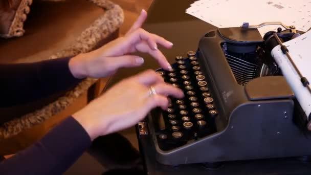 žena tisknout na starý ročník rarity tiskový stroj. Černé psaní.