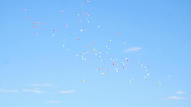 Bubliny v bílém a dvěma odstíny modré na pozadí zamračená obloha.