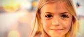 Összetett kép barna parketta ellen lány liszt az orron otthon